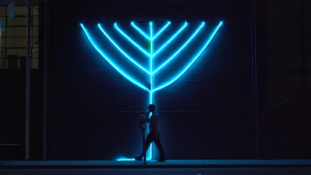 vídeos de stock, filmes e b-roll de hanukkah - candelabro