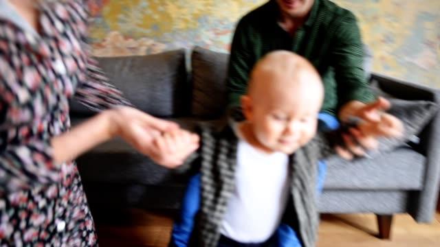 vídeos y material grabado en eventos de stock de familia felicidad jugando en la sala de estar - carrying