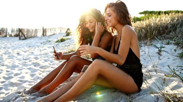 felicità amici messaggi di testo sulla spiaggia - party social event video stock e b–roll