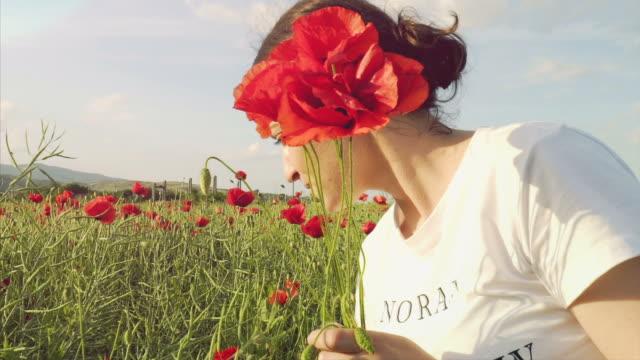 Glück in einem Feld mit Mohnblumen.