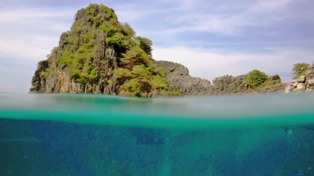 glück in der natur - schnorchler im tropischen lagune paradies über und unter wasser - exotik stock-videos und b-roll-filmmaterial