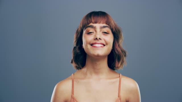 vídeos de stock, filmes e b-roll de a felicidade é encontrada quando você parar de se comparar com os outros - símbolo do coração