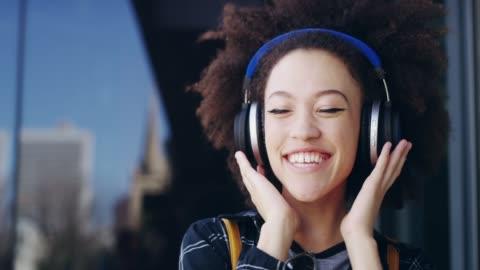 lyckan är bara en låt bort - hörlurar bildbanksvideor och videomaterial från bakom kulisserna