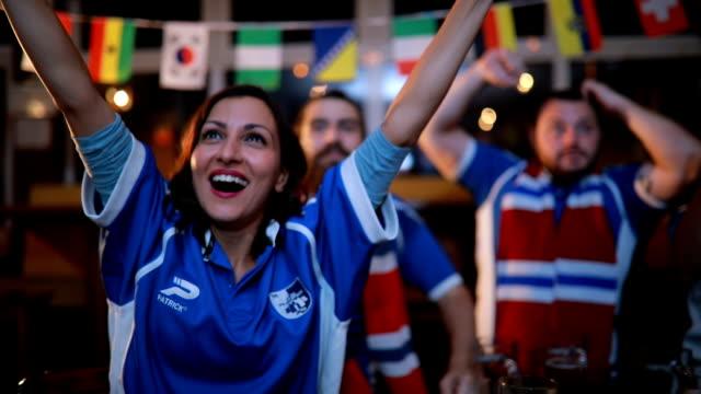 vídeos y material grabado en eventos de stock de felicidad es ver un juego con un amigo - barra futbol