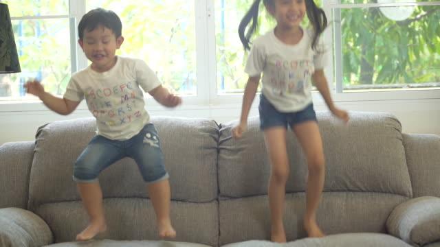 幸福の小さな男の子と家で遊んで女の子 - 注意欠陥過活動性障害点の映像素材/bロール