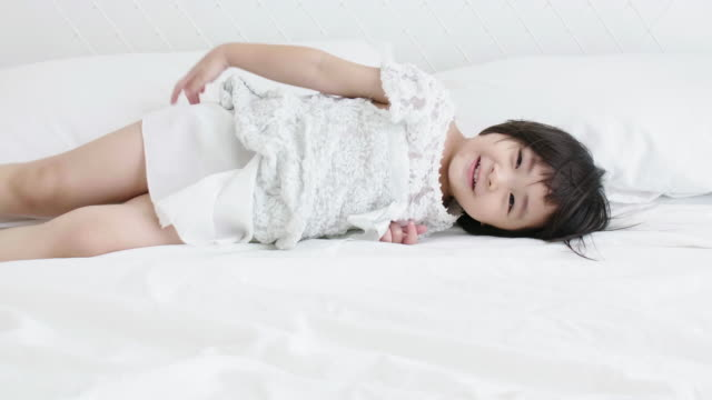 happiness time, little girl(4-5 years) playing on bed - 4 5 years stock videos & royalty-free footage