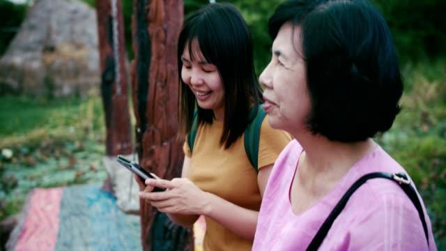 幸せの時間: 母と娘のスイングとを selfie の上に座って - 自画像点の映像素材/bロール