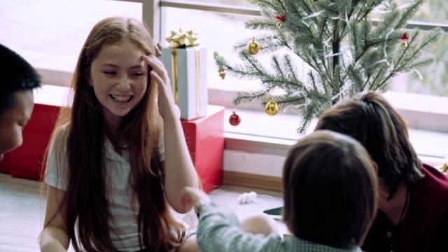 幸福の時間: おもちゃのブロックを再生する学校の子供たちのマルチエスニックグループ - 10歳から11歳点の映像素材/bロール