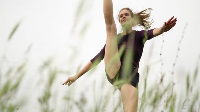 vídeos y material grabado en eventos de stock de mujeres jóvenes de felicidad bailando solas en un campo - generation z