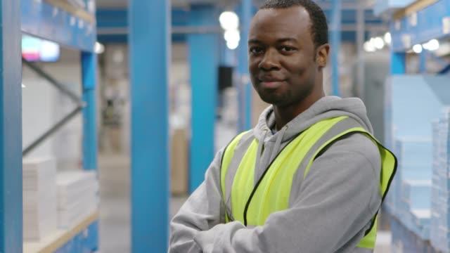 幸せなアフリカ男性倉庫作業員 - 倉庫作業員点の映像素材/bロール