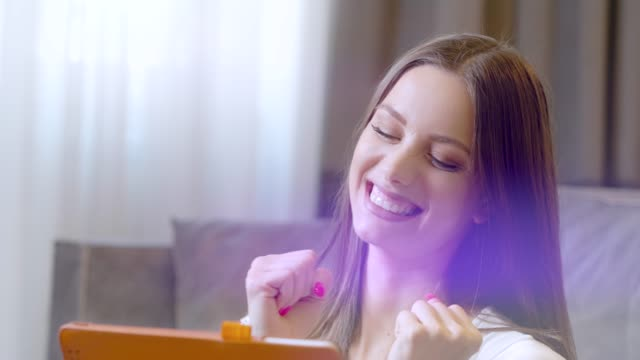 vídeos y material grabado en eventos de stock de feliz y emocionada mujer de negocios en casa, usando la tableta digital, teléfono inteligente. - premio