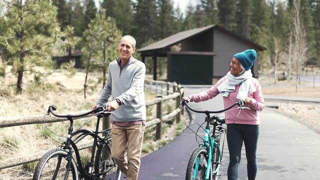 vidéos et rushes de un couple de personnes âgées à la retraite heureux et en bonne santé profite de vacances ensemble - vêtement chaud