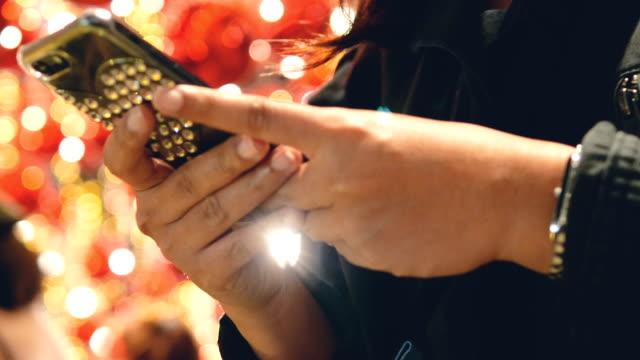 vidéos et rushes de happy et envoyer des sms - sans mise au point and équilibre