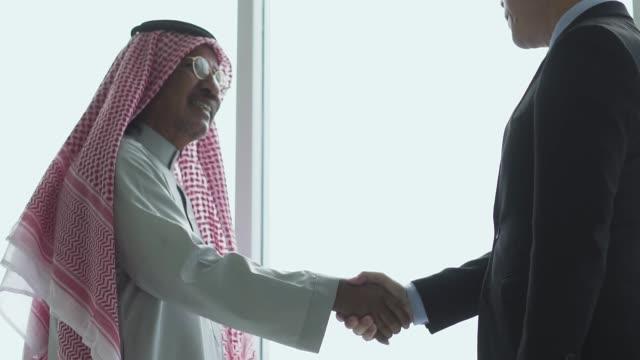 vídeos de stock e filmes b-roll de happy arabian man shaking hands with his business partner - arábia saudita