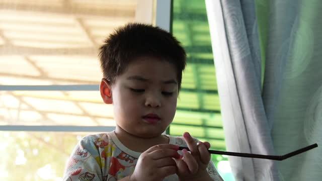 幸せなアジアの赤ちゃんの男の子。 - 男の赤ちゃん一人点の映像素材/bロール