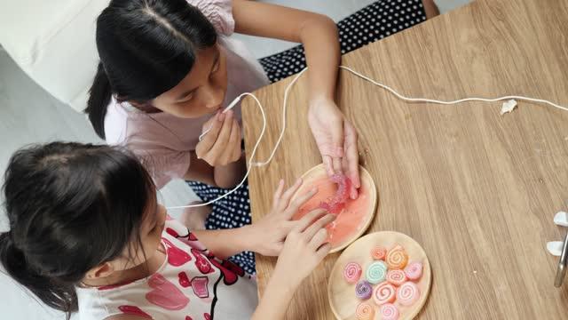 vidéos et rushes de heureux enfants asiatiques faire du contenu youtube pour asmr snack mordant son ensemble à la maison, concept d'activités week-end. - équipement audiovisuel