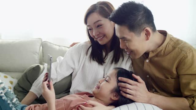 glückliche asiatische familie mit tablet-computer - portable information device stock-videos und b-roll-filmmaterial