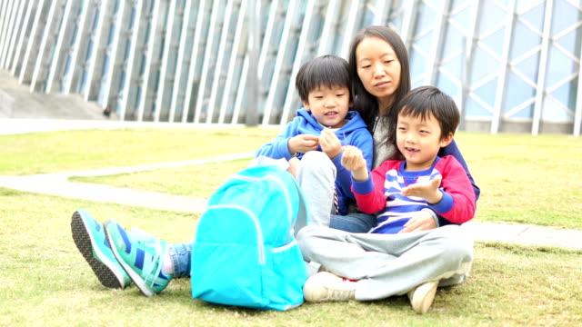 vidéos et rushes de famille asiatique heureux  - cartable
