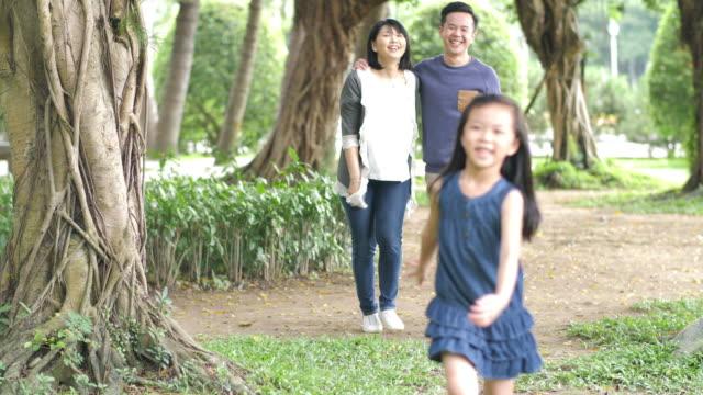 vídeos de stock, filmes e b-roll de família asiática feliz com filha nova - brincadeira de pegar