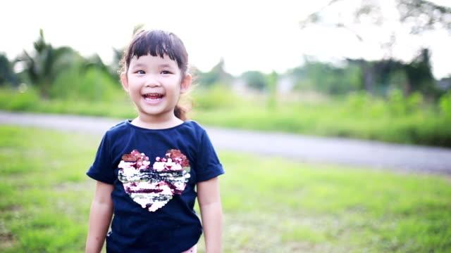 glückliche asiatische mädchen springen und klatschen - weibliches baby stock-videos und b-roll-filmmaterial