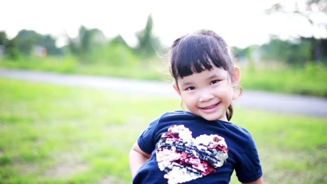 vidéos et rushes de fille asiatique heureuse, rire - grimace de pitre