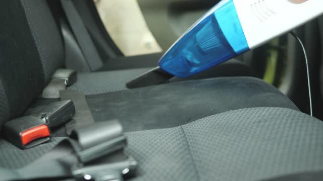 glücklich asiatische mädchen mit vakuumreinigung im auto, wochenend-aktivitäten konzept. - mit handkamera stock-videos und b-roll-filmmaterial