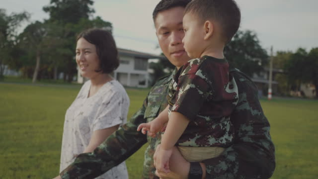 vídeos de stock e filmes b-roll de happy asian military family in garden - regresso ao lar