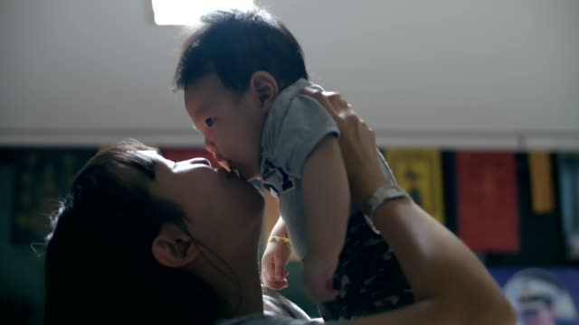 彼女の男の子と一緒に遊んで幸せなアジアの母 - 生後2ヶ月から5ヶ月点の映像素材/bロール