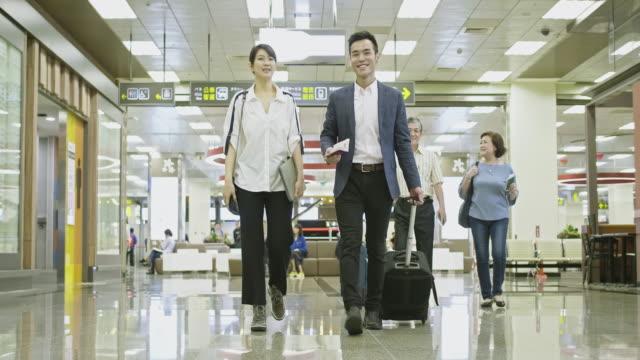 空港で旅行する幸せなアジアの人々 - passenger点の映像素材/bロール