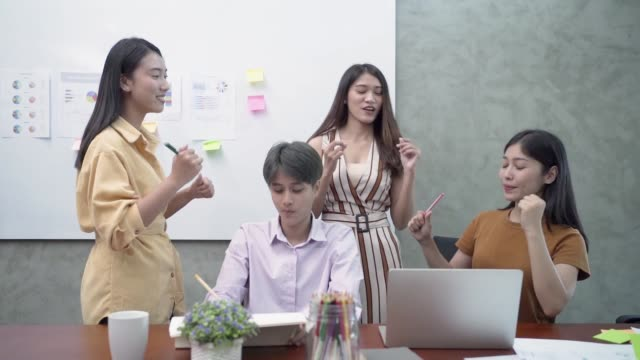 vidéos et rushes de happy asian young businesswomen. - collègue
