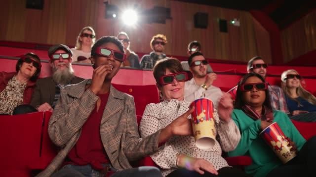 felice al cinema - proiezione evento pubblicitario video stock e b–roll