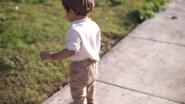 vídeos de stock, filmes e b-roll de menino feliz desfrutar de um passeio no parque - membro humano