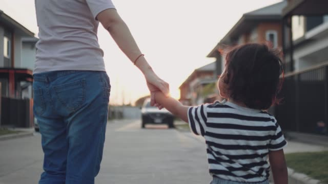 Happy Baby Boy ledande hans mor på gatan.