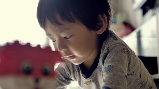 ブロックで遊んで幸せな男の子 - 男の赤ちゃん一人点の映像素材/bロール