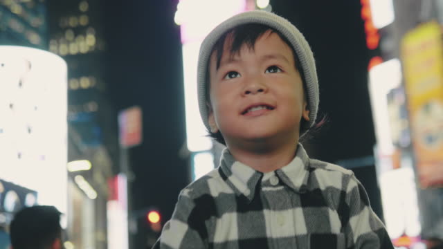 vídeos de stock e filmes b-roll de happy baby boy smiling in city at night - billboard