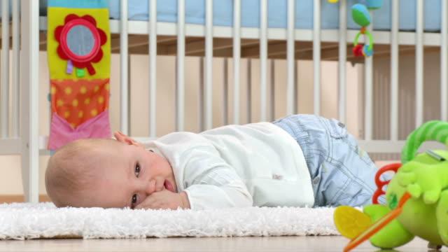 vidéos et rushes de hd: heureux garçon bébé sucer son pouce - vidéo portrait