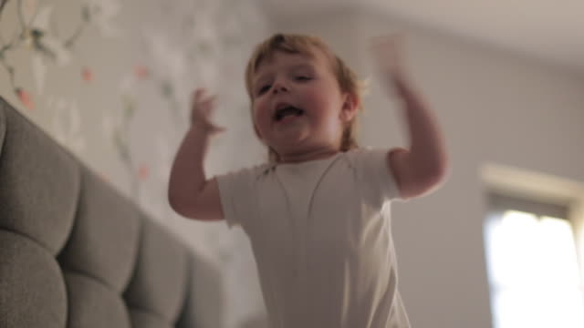 vídeos de stock e filmes b-roll de happy baby boy waking up his mother - acordar
