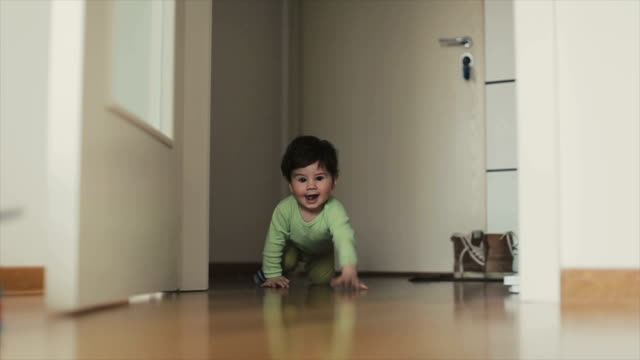 stockvideo's en b-roll-footage met happy baby kruipen - kruipen