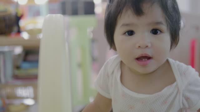 stockvideo's en b-roll-footage met happy babymeisje op zoek weg - alleen één babymeisje