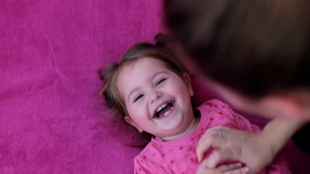 bambino felice ragazza - fare il solletico video stock e b–roll