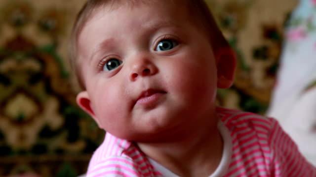 glückliches baby blick in die kamera und lächelnd - kopf nach hinten stock-videos und b-roll-filmmaterial