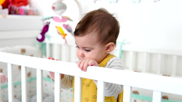 glad baby står i sängen - endast en flickbaby bildbanksvideor och videomaterial från bakom kulisserna