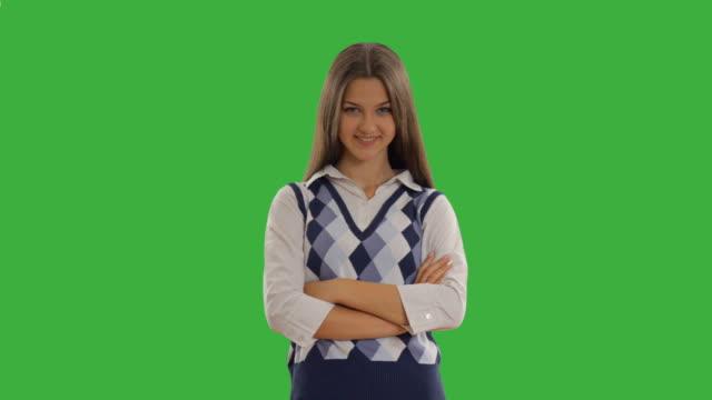 vídeos de stock, filmes e b-roll de linda estudante feliz na tela verde - filhote de animal