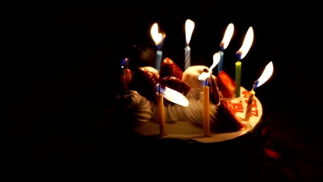 幸せな誕生日ケーキ キャンドル - ケーキ点の映像素材/bロール