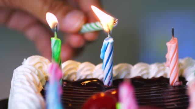 vidéos et rushes de bougie de jour de naissance heureuse - anniversaire d'un évènement