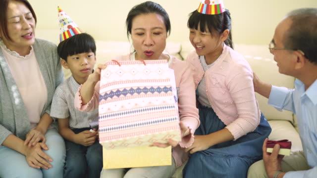 vidéos et rushes de joyeux anniversaire, grand-mère ! - cadeau d'anniversaire