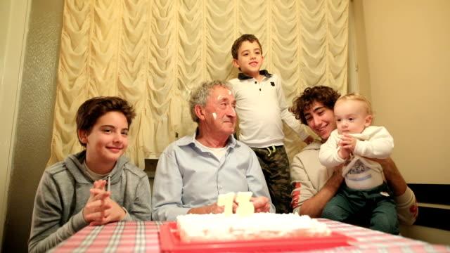 stockvideo's en b-roll-footage met proficiat met je verjaardag. opa met haar kleinzoons - cadeau