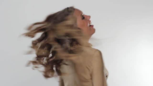happy blond girl - skönhet och kroppsvård bildbanksvideor och videomaterial från bakom kulisserna