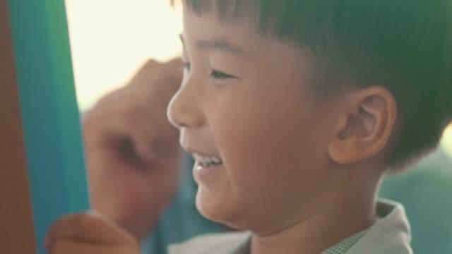 幸せな少年と曽祖父 - 自閉症点の映像素材/bロール