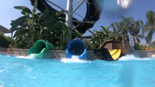 stockvideo's en b-roll-footage met gelukkige jongen op wasser rutsche in resorthotel - buitenbad